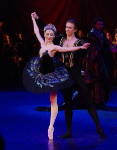 Daria Klimentova and Vadim Muntagirov, Swan Lake Act III, photo © John Ross