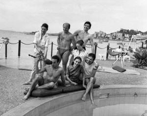 Fonteyn Follies group at Elizabeth Bay, Sydney, April 1962, Front row, l to r: Ronald Emblen, Annette Page, Bryan Ashbridge. Back row, l to r: Margot Fonteyn, Brian Shaw, Maryon Lane, David Blair. Photo by Australian Photographic Agency,  Mitchell Library, State Library of New South Wales